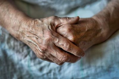 Imputan a un hombre que golpeó a su abuelo de 94 años