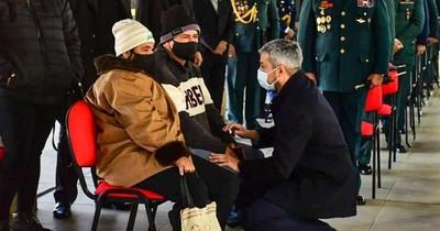 La Nación / Mario Abdo da sus condolencias a los familiares de los militares asesinados por el EPP