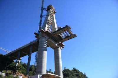 Se inició la colocación de losetas sobre el tablero metálico del Puente de la Integración
