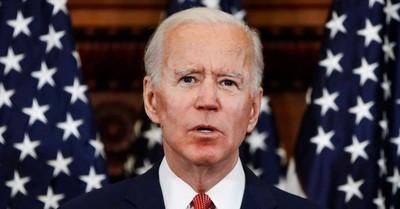 """""""Señor, hay algo en su barbilla"""": La nota que recibió Biden en plena conferencia en vivo"""
