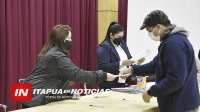 UNIVERSITARIOS RECIBEN APORTE DE LA GOBERNACIÓN.