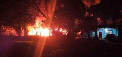 Vecinos incendian la casa del presunto asesino en Ypané