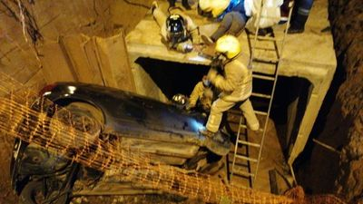 Auto con ocupantes cayó a pozo de obra de alcantarillado