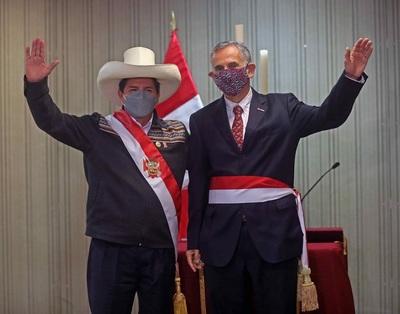 El presidente de Perú intenta apaciguar críticas con dos últimos ministros