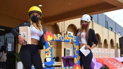 Modelos causan furor y polémica en colecta de bomberos voluntarios