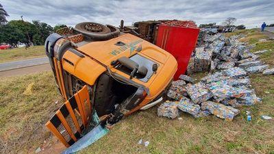 Acusan a camioneros que se manifiestan de causar vuelco de semirremolque