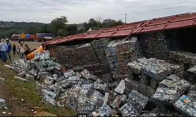 Transportista volcó a causa de cascotazos de manifestantes en Caaguazú