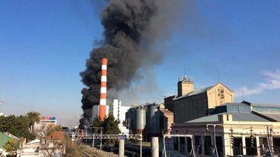 Se incendia la cervecería Quilmes en el Gran Buenos Aires, Argentina.