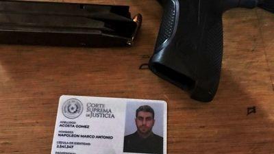 Investigan a abogado que portaba un arma