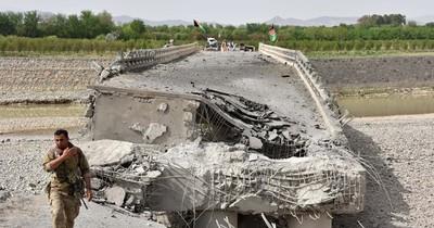 La Nación / Talibanes atacan aeropuerto de Kandahar, segunda ciudad de Afganistán
