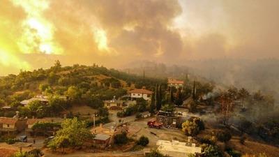 """Declaran """"áreas de desastre"""" a regiones azotadas por incendios en Turquía"""