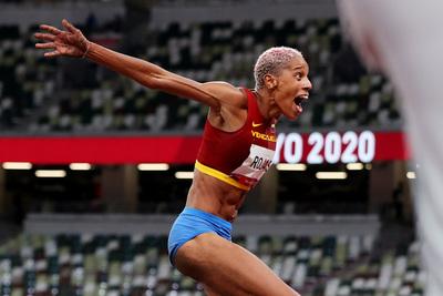 Tokio: Yulimar Rojas gana oro para Venezuela en salto triple femenino y bate el récord olímpico y mundial
