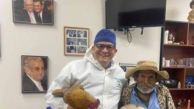 Regaló dos gallinas a doctor que le operó gratis