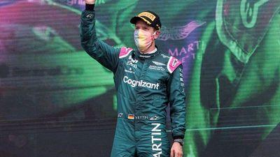 Sebastian Vettel, descalificado y Lewis Hamilton más líder