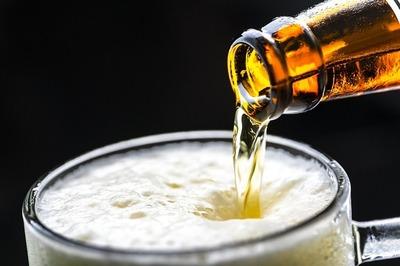 """Doctor pide que regalen packs de cerveza por segunda dosis de vacuna: """"Con una lata no alcanza"""""""