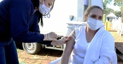 La Nación / Esperan a 700, pero no llega a 100 la cantidad de personas para segunda dosis en Villa Elisa