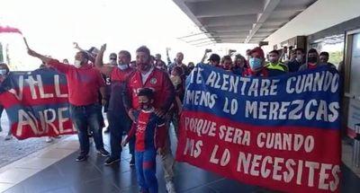 Hinchas de Cerro, presentes en el aeropuerto para despedir al plantel