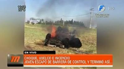 Conductor huye de barrera y termina con el vehículo en llamas