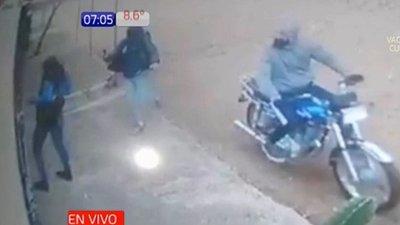 Motochorros asaltan a estudiante en Luque
