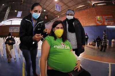 Ministerio insta a embarazadas a recibir la segunda dosis anticovid para protegerse ellas y al bebé