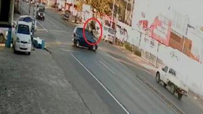 Motociclista vuela por los aires tras chocar contra auto