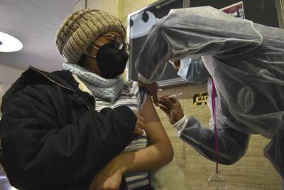 Bolivia registra 727 nuevos casos y España anuncia donación de vacunas