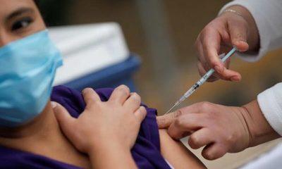 Personas completamente inmunizadas tienen 3 veces menos posibilidades de contraer covid-19