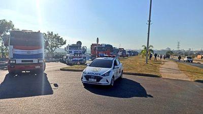Camioneros bloquean el tránsito en la avenida Costanera