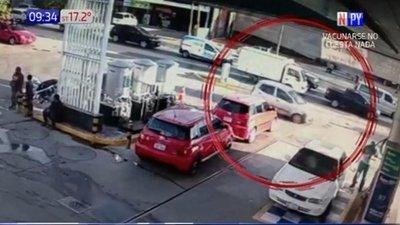 Hombre huye de la policía en una persecución de película