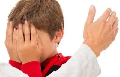 """Denuncian a docente por darle una """"bofetada"""" a un niño en la escuela"""
