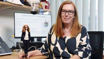 Crean muñeca Barbie de científica que desarrolló vacuna AstraZeneca