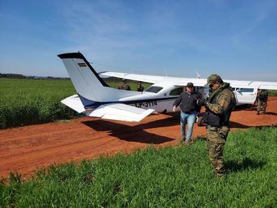 Incautan narcoavioneta con 221 kilos de cocaína y detienen a dos bolivianos