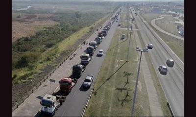 """Senador """"zurdelli"""" pidió a camioneros que no levanten medida de fuerza"""