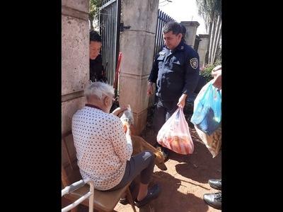 NO TODO ES PROCEDIMIENTO, POLICÍAS ENTREGARON VÍVERES A ABUELITO