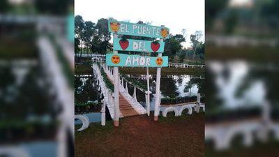 """Paraíso de la frutilla tiene su """"Puente del amor"""""""