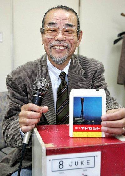 El hombre que inventó el karaoke, la innovación japonesa que se convirtió en una sensación mundial