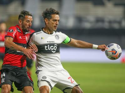Olimpia goleado por el Flamengo quedó al borde de la eliminación.