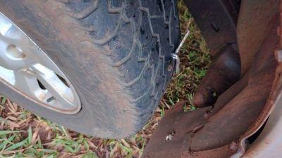 Neumático de una patrullera queda dañado tras pisar clavo miguelito