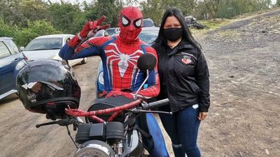 El Hombre Araña se vacunó contra el COVID en Ñemby
