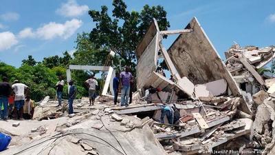 Sube a 304 la cifra de muertos por potente sismo en Haití
