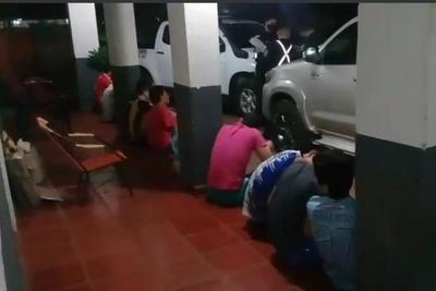 POR JUGAR VOLEY EN LA VÍA PÚBLICA QUEDARON DETENIDOS