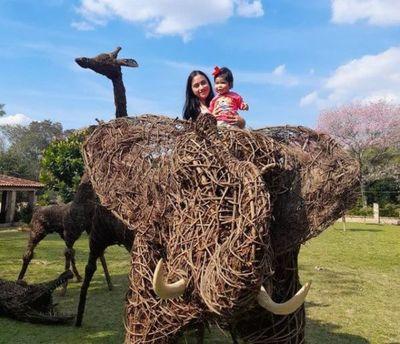 Jirafas y elefantes de ysypo sorprenden al país desde Tobatí