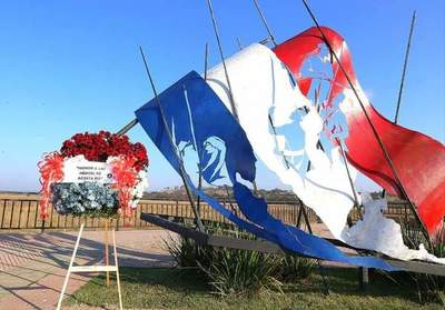 Realizaron ofrenda floral, inauguración de monumento y representación histórica por la Batalla de Acosta Ñu