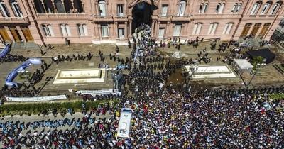 La Nación / Protestan en Argentina contra Fernández por festejo durante el confinamiento por el COVID
