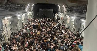 La Nación / Más de 600 afganos se apiñaron en un avión militar de EEUU para huir del país