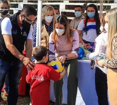 Primera dama compartió con los niños su día en Caazapá