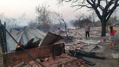 Incendio deja sin viviendas a dos familias