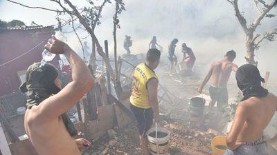 Fuego consume varias viviendas en el barrio Santa Ana de Asunción