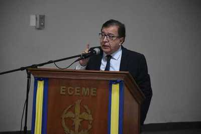 """Duarte Frutos brindó conferencia sobre """"Soberanía Energética"""" en el Comando Mayor"""