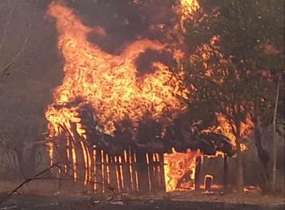 Fuego consume tres viviendas de nativos